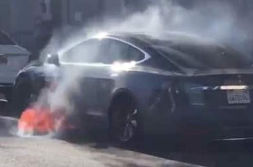 特斯拉Model S在途中车辆突然起火 特斯拉回应情况极其罕见