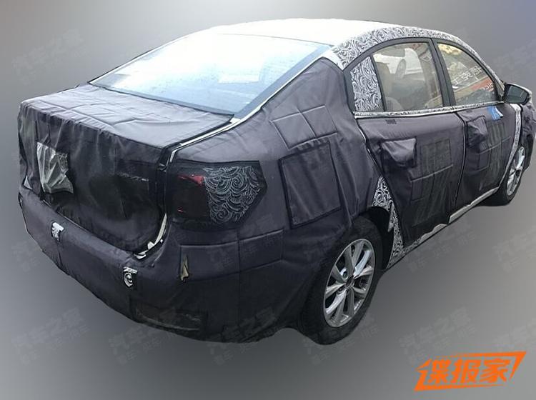 外观与汽油版i5基本一致 荣威i5插电混动版的谍照曝光