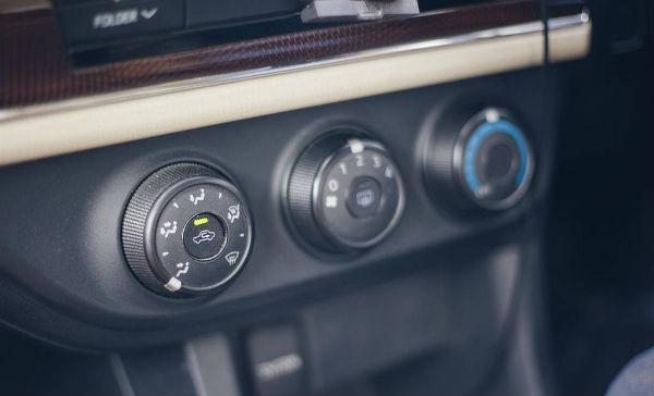 AXg【电动汽车之窗_关注中国电动汽车发展和未来】电动汽车网_新能源汽车网   一、高温暴晒的日子,先开窗门再开空调AXg【电动汽车之窗_关注中国电动汽车发展和未来】电动汽车网_新能源汽车网   夏季的高温不是闹着玩的,即使你在车内放了遮阳板,一进车子还是能感觉到强烈的热气向你扑来。这时先别急着开空调,最先做的应该是开车窗与车门,让空气流动的同时,可以有效地降低车内温度。开个四五分钟后,关闭车窗、车门,再打开空调。AXg【电动汽车之窗_关注中国电动汽车发展和未来】电动汽车网_新能源汽车网   二、交替使用