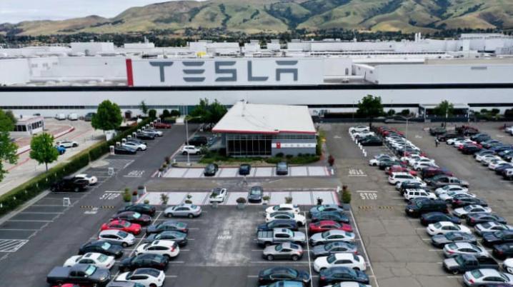 """特斯拉汽车声称英国两大加工厂修复""""一切正常经营"""" 号召职工回岗开工"""