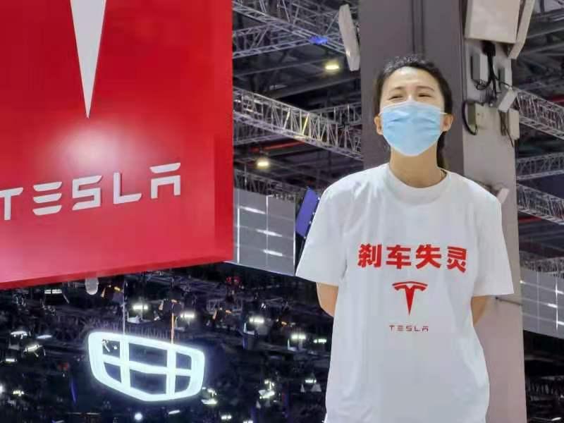 上海车展首日特斯拉女车主车顶维权 国内外大规模召回事件频发