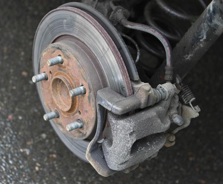 怎么看刹车盘磨损 汽车刹车盘几万公里换一次