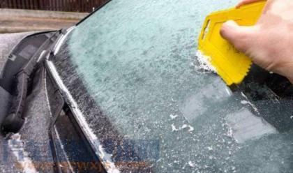汽车挡风玻璃有冰怎么办 冬季挡风玻璃有冰怎么处理